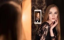 自撮りアイテムの決定版!鏡や壁に貼り付く魔法のiPhoneケース