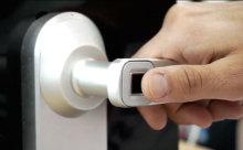 """もう鍵は不要!""""指紋認証""""で開閉ができるドアが便利すぎる"""