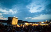 世界遺産の白川郷で、ロマンティックな夏の映画祭が開催