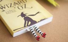 はみ出してますよ!本から足が飛び出すユニークなブックマーク