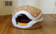 ニャンコとワンコがパテに!?ハンバーガーのペット用ベッドがかわいい