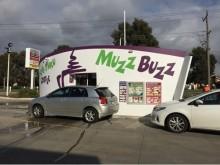 ドライブスルー型コーヒーチェーン「Muzz Buzz(マズバズ)」旋風が吹き荒れる?! 日本第1号店OPEN!