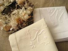 手仕事で作られる刺繍の暖かさを、手描きのネイルアートで再現したほっこり刺繍ネイル。