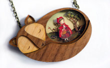 """""""赤ずきん""""や""""バンビ""""も!童話の名シーンを閉じ込めた木彫りネックレス"""