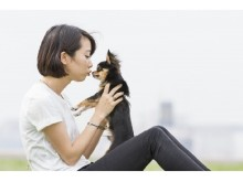 愛犬と飼い主が散歩する自然な表情をプロカメラマンがパチリ 素敵な家族写真はいかが?