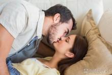 彼女が寝ている時に男性が思わずしたくなる5つのこと
