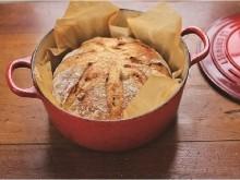 外側はパリッ、中はしっとり!ル・クルーゼやストウブで焼く「鍋パン」の多彩なレシピが1冊の本に