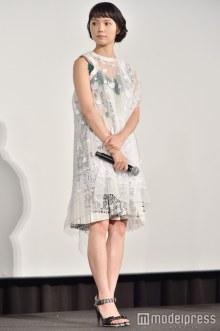 """宮崎あおいの""""透けレイヤード""""ドレスが可愛い!揺れる裾にキュンとする<ファッションチェック>"""