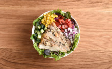 野菜もお肉も自分で選んでトッピング♪「サラダボウル」の専門店がオープン
