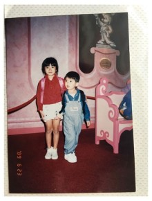 """山田優&親太朗、幼少期の""""姉弟ショット""""が話題「すでに整ってる」「小さい頃から美脚」"""