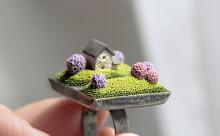 指先に広がるミニチュアの世界♡「小さなお家」がキュートなリング