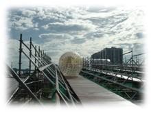 この夏、豊洲でスリルを味わおう!巨大ボールで坂道を転がるアクティビティ「ハイドロボール」がクセになる