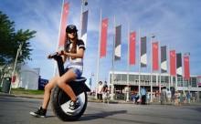 一輪車の進化版!?タイヤが1つしかない電動バイクがおもしろい!
