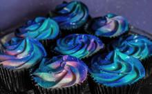 引き込まれそうなほどに幻想的!「宇宙カップケーキ」の完成度が高すぎる