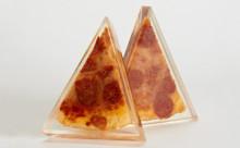ピザを愛してやまない人へ…本物のピザをレジンに閉じ込めた謎のアートがシュール