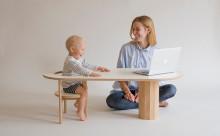 赤ちゃんシートから本棚へ☆子どもの成長を見守るコーヒーテーブルが素敵