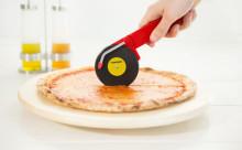 パーティーに欠かせない2つのアイテムがコラボ!ターンテーブル型のピザカッター
