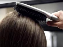 とかすだけで髪の状態がわかるヘアブラシ。プロ並みのケア始める