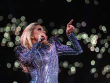 レディー・ガガ。スーパーボウルでのメッセージは「アメリカはひとつ」。曲のチョイスに、ヒラリーが賛同