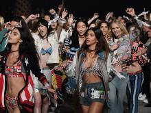白いバンダナを身につけて、不安を分けあう。やさしさがファッション界に広がっている #NYFW
