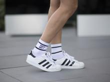 靴下チラ見せ。スニーカースタイルに新鮮な風吹き込む