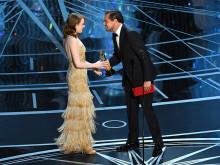 主演女優賞は、エマ・ストーン。ディカプリオからオスカー像を手渡される