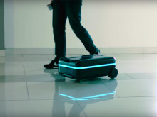 その動き、ルンバ的! ロボかわいい〜ってなるスーツケース