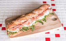 水牛モッツァレラのコクと酸味がジュワ~!パリ発人気サンドイッチ店が日本に初上陸☆