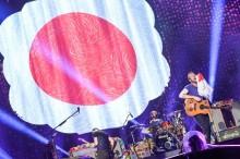 コールドプレイ、初の東京ドーム公演で日の丸にキス「必ず戻ってくるよ!」