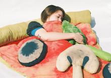 アウトドアで大活躍!?ピザをモチーフにした寝袋がリアルすぎておもしろい♪