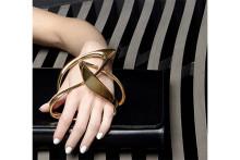 建築家ザハ・ハディッドがデザインした「ペラン パリ」のクラッチバッグがスタイリッシュ
