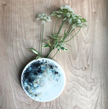 お部屋の中でお月見気分。月を象った花瓶がロマンティック♡