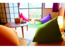 「人をダメにするカフェ」が話題。外国人向けのエンタメ旅館