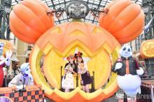 """ディズニー・ハロウィーン開幕!ランド""""大きなかぼちゃ""""の新フォトロケーション登場 パレード・グッズ・フードもチェック<写真特集/イベントレポ>"""