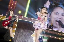 NMB48木下百花、涙の卒業コンサートでさや姉とキス ヘドバンで「ももきー」も