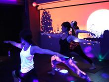 ハロウィンは渋谷で暗闇ヨガ。クラブ空間で光りながら心と体をリフレッシュする