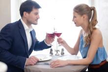 男性が女性からの食事の誘いを断るとき断らないとき