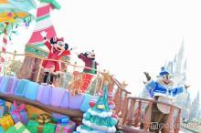 ディズニーの冬がやって来た!TDLクリスマスパレードで雪が舞う