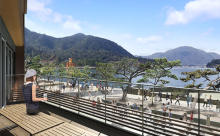 厳島神社の大鳥居を望む絶好のスポット。日本初の船で行くスタバが広島県の宮島にオープン!