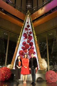 東京・丸ビル、巨大クリスマスツリーが点灯 すみれがスペシャルライブ