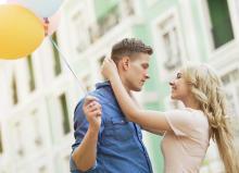 知的な女性がお好き?年上男性の恋愛対象に入るテク3つ