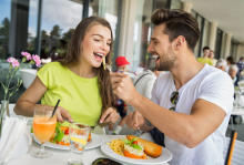 男性が食事中に女子を観察するポイント4つ