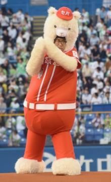 """ひょっこりはん、着ぐるみ姿で初始球式 """"ひょっこり投法""""で球場沸かす"""