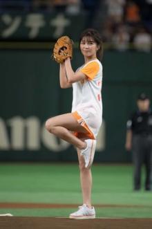 AAA宇野実彩子、キュートなユニフォームで始球式 ノーバンならずも美脚で観客魅了