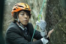 上川隆也、ロッククライミング初挑戦 『遺留捜査』初回で岩壁にスーツ姿