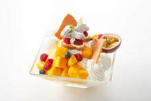 重さはなんと1キロ超!期間限定の「ジャンボマンゴーパフェ」が羽田エクセルホテル東急で販売中♩