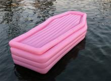 プールやビーチで目立つこと間違いなし。ドラキュラ気分を味わえる棺モチーフのフロート