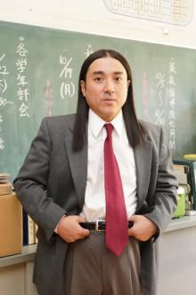"""ムロツヨシ、""""教師""""ビジュアル解禁「モノマネは一切しておりません」 吉田鋼太郎も参戦"""