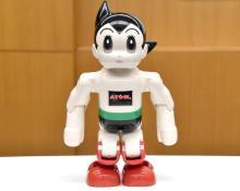 「鉄腕アトム」再現ロボ完成 10月より全国一斉発売