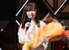 卒業発表の指原莉乃、一夜明けて涙の歌唱 先輩・ダチョウ倶楽部が花束で祝福